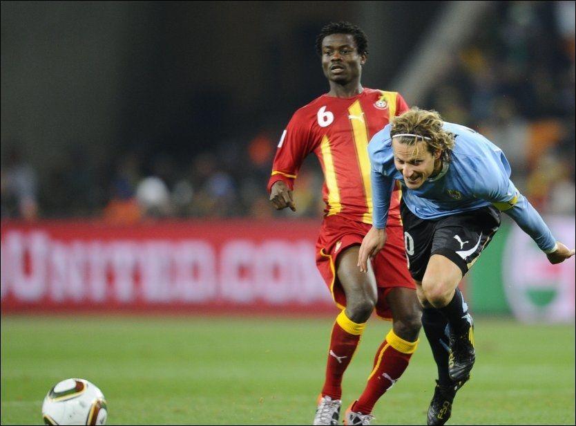SELGES? Anthony Annan skal være aktuell for flere europeiske storklubber etter godt spill i VM. Her er RBK-spilleren i duell med Uruguay-stjernen Diego Forlan. Foto: AFP