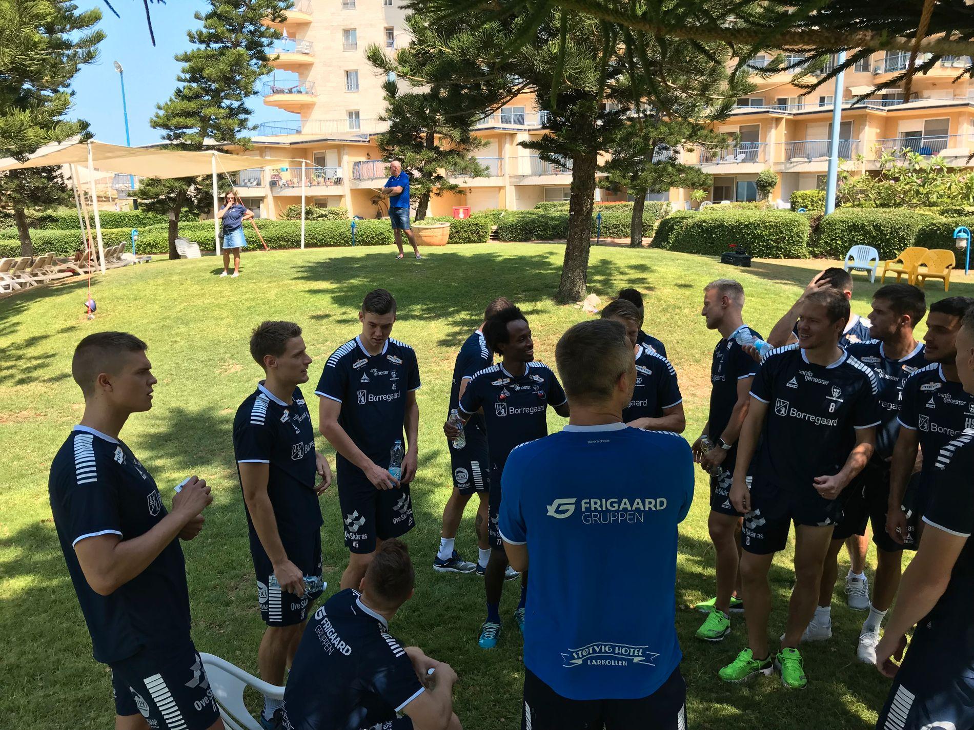 STOR OPPGAVE: Sarpsborg-laget er spent, men klare for returmøtet med Maccabi Tel Aviv. Her gjennomførte de en lett treningsøkt på morgenen etter ankomst i Israel.