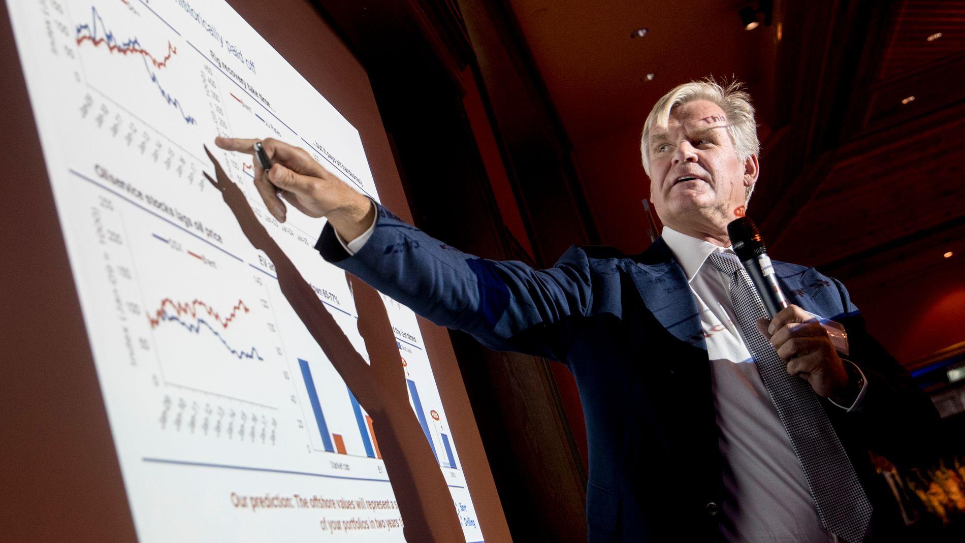 REGNESTYKKER: Tor Olav Trøim viser hvordan utviklingen har vært i riggbransjen ved tidligere oppturer.