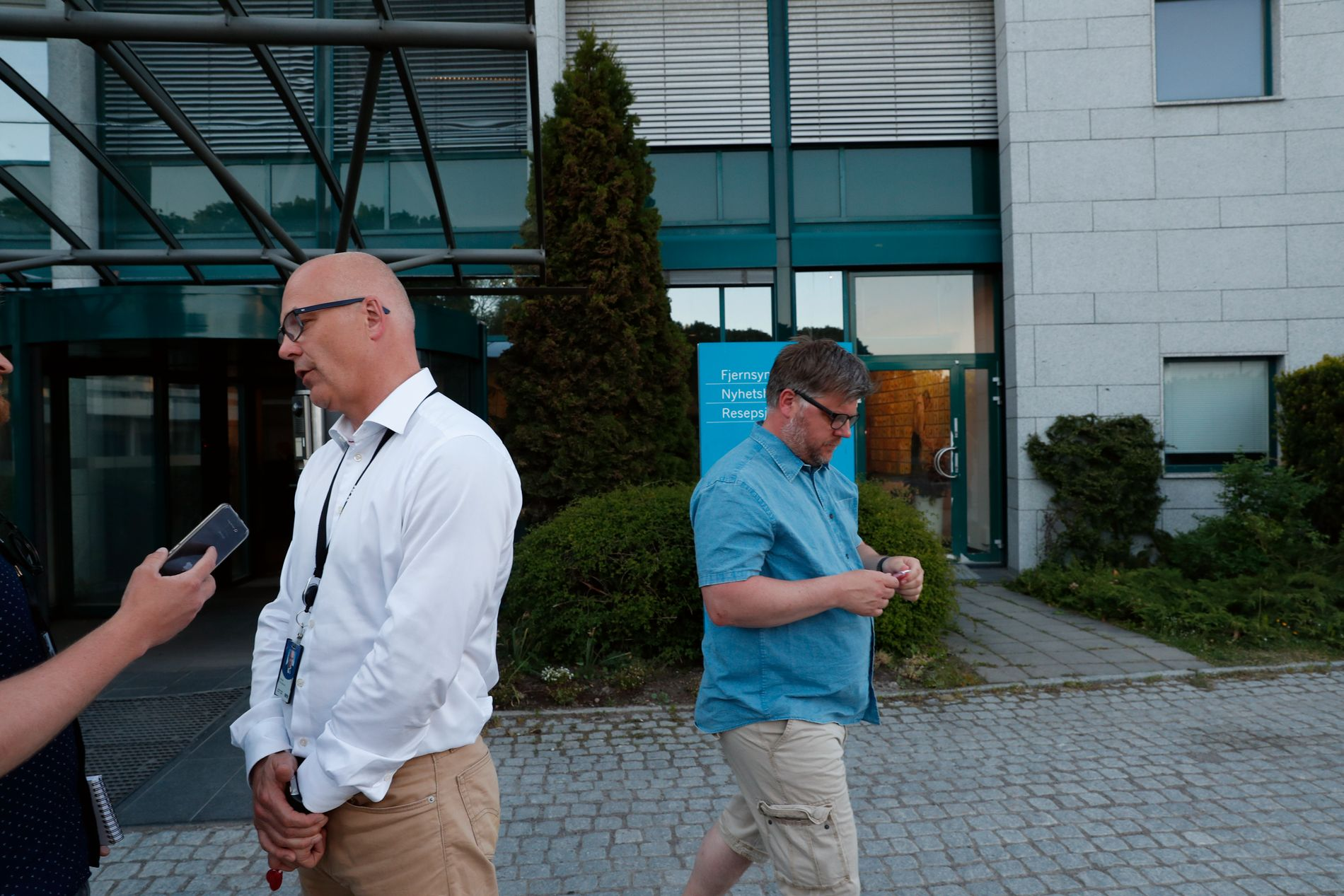 REFSER LEDELSEN: NRKJ-leder Richard Aune (t.h) sammen med kringkastingsjef Thor Gjermund Eriksen (t.v) like etter NRK-streiken ble avsluttet i mai. Aune går nå hardt ut mot ledelsen etter en artikkel i Nettavisen om utbetalinger til de ansatte.