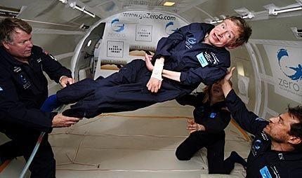 VEKTLØS: Den verdenskjente britiske astrofysikeren Stephen Hawking syntes det var fantastisk å føle vektløshet. Foto: AFP