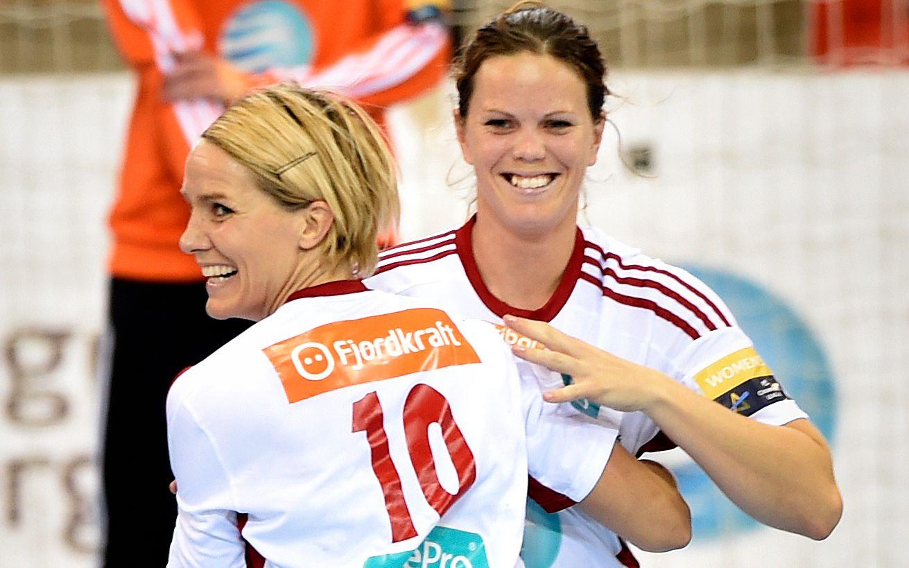MEST SMIL: Tine Stange sammen med Gro Hammerseng-Edin for tre år siden. Da spilte hun gratis for klubben. Nå jobber spiller Stange og styremedlem Hammerseng-Edin sammen for å redde klubben.
