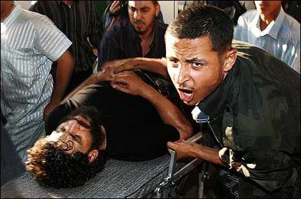 STÅR OM LIV: En av de mange sårede palestinerne etter Israels raid mot Gaza-stripen. Foto: Reuters