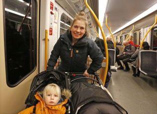 GREIT: Selv med en dobbel barnevogn med barna Sigurd (2 år) og Petra Stave Johnsen (seks måneder), synes Thale Johnsen at det går greit å ta offentlig transport.