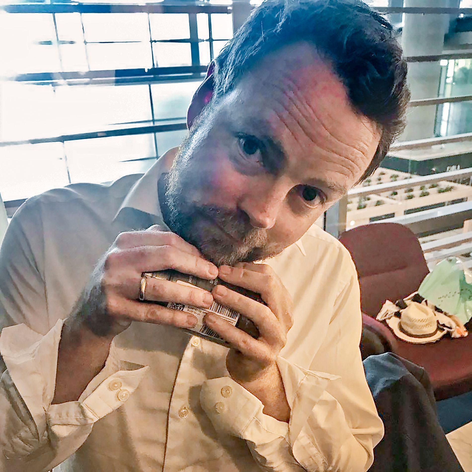 INSTA: Dette er bildet Torbjørn Røe Isaksen delte på Instagram. Mellom hendene holder han en rull med snusbokser.