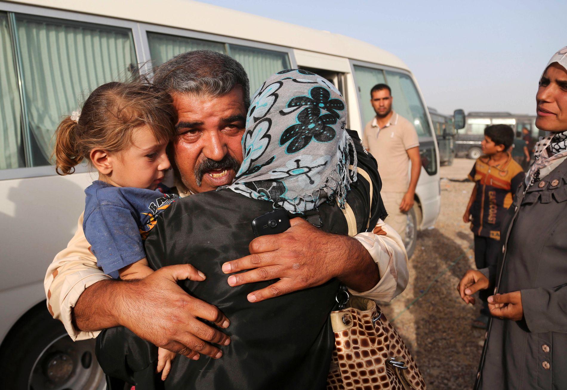 GJENSYN: Den irakiske soldaten Abdul Rahman Ismail møter igjen sin familie etter at de klarte å flykte fra Fallujah 3.juni.