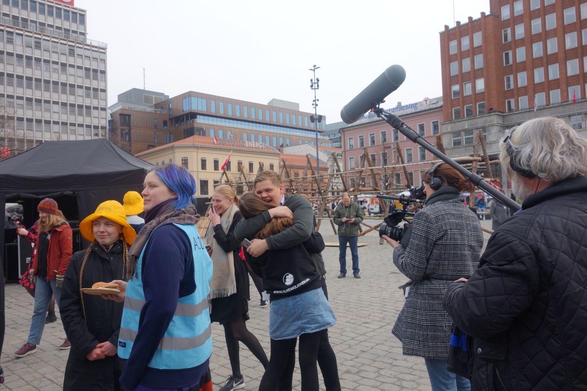 FÅR ROS: – Jeg elsker deg! Ropte Gaute Skjærvø, sentralstyremedlem i AUF, til Ina Libak, leder i AUF. Mens partileder Jonas Gahr Støre holdt pressekonferanse om LoVeSe, feiret Libak med oljemotstanderne på Youngstorget.