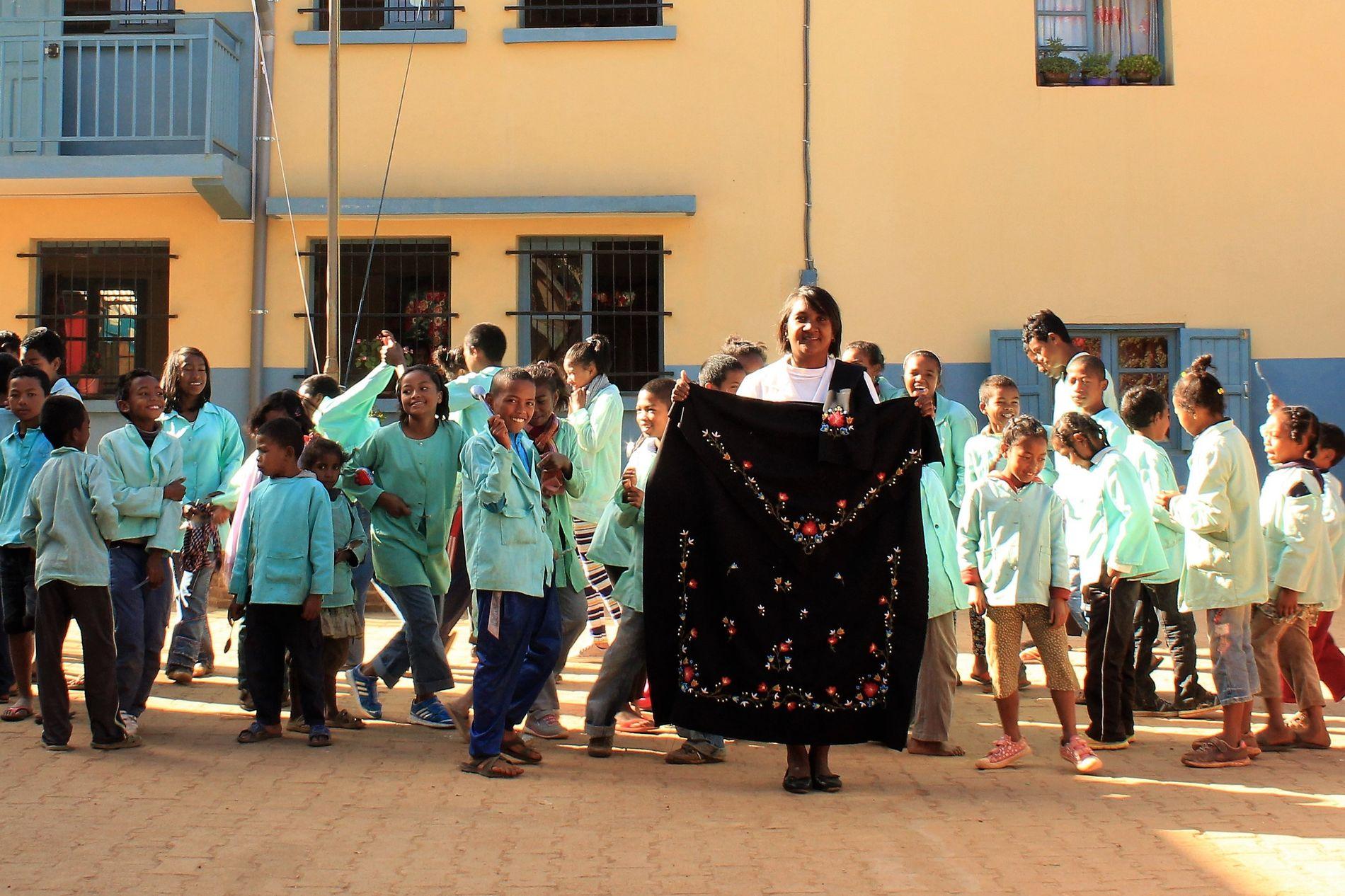 UTDANNING: Karianne Skjæveland driver bunadsbedriften Kilonga - hvor Tiana Favena jobber som førsteklasselærer på formiddagen, og er daglig leder på systuen på ettermiddagen.