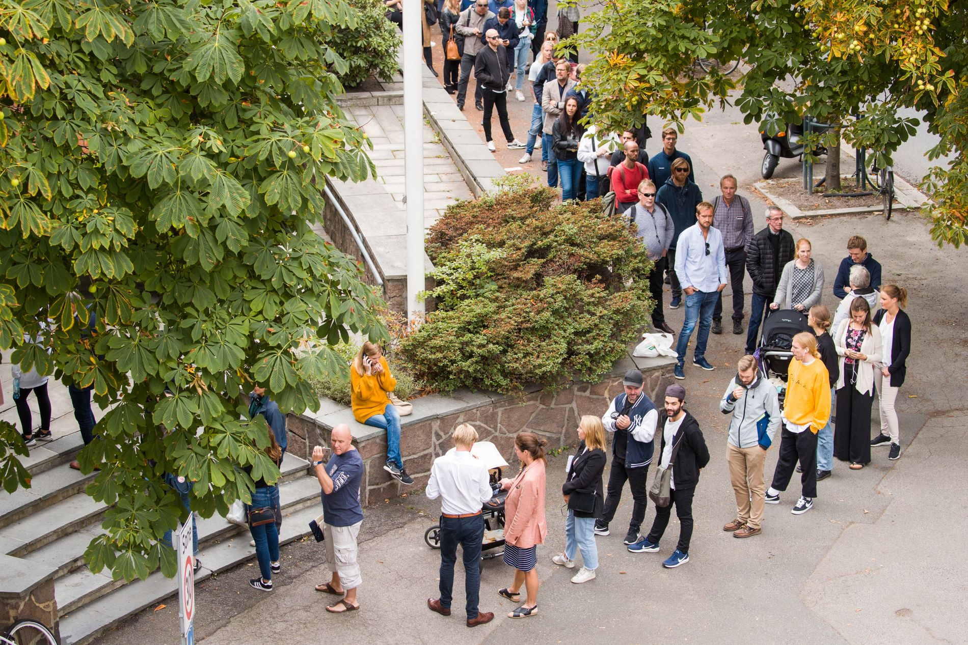 LANG KØ: De svenske velgerne strakte seg i en lang kø utenfor den svenske ambassaden i Bygdøy allé på den siste dagen for forhåndsstemming.