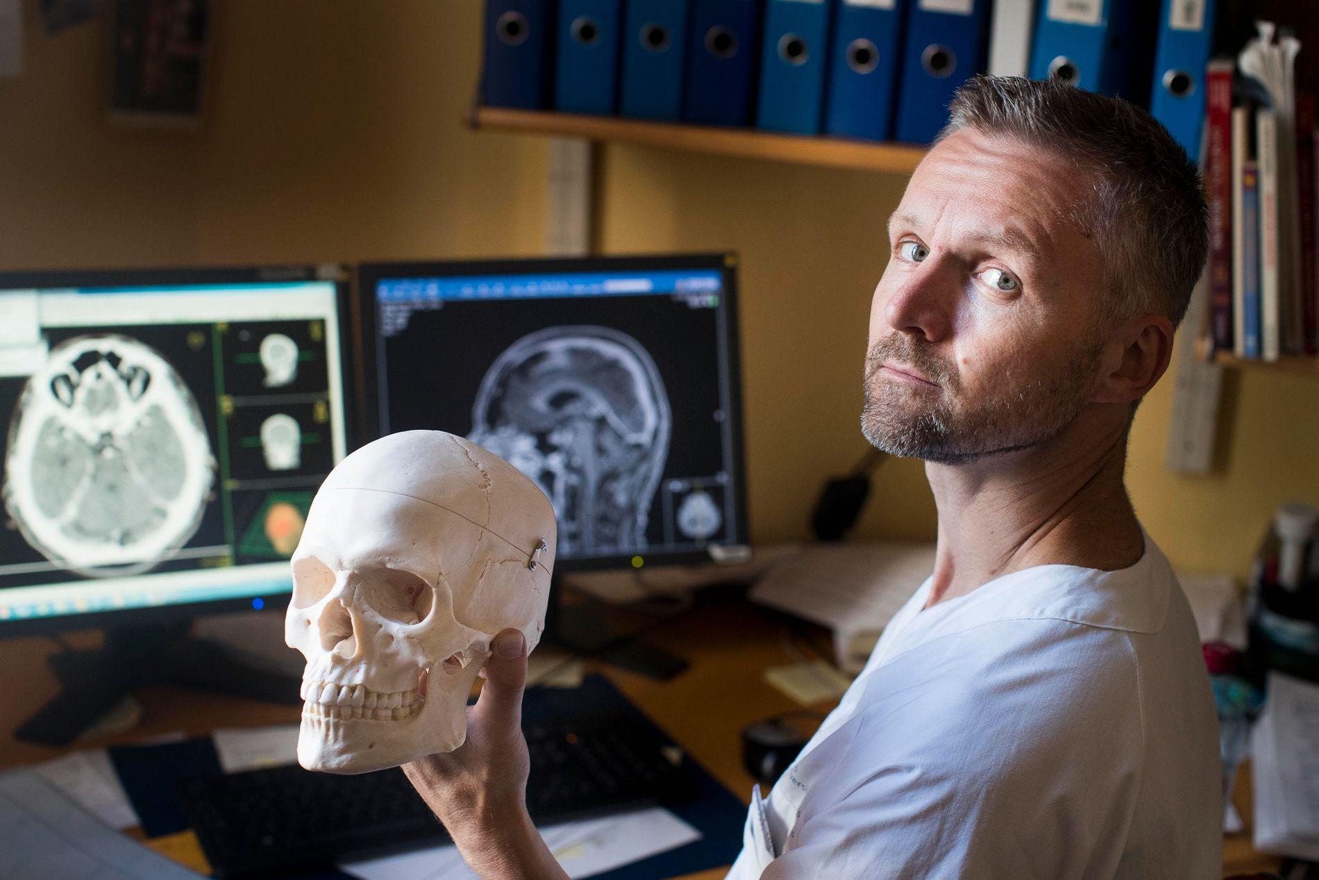 MED HJERNEN I HÅNDEN: Overlege Petter Brandal sendte søknad til Beslutningsforum om å få behandlingen til Norge i 2014. Den ble aldri godkjent. Nå ligger samme behandling til vurdering på nytt.