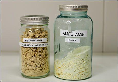 ULOVLIG: Metamfetamin (til venstre) og amfetamin er også stadig vanligere i Norge. Foto: Eivind Griffith Brænde