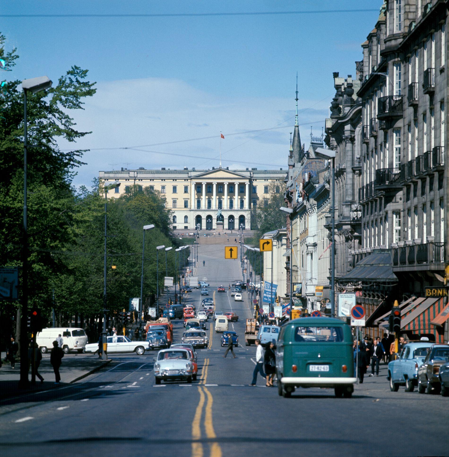 Oslo 1970: Biltrafikk i begge retninger på Karl Johan.