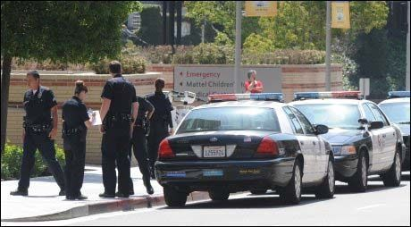 KAOS: Politiet har stengt av alle inngangene inn til sykehuset UCLA. Foto: AP