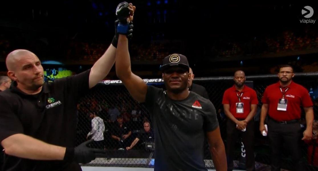 12 STRAKE SEIRER: Kamaru Usman tok en klar poengseier mot Demian Maia i natt. Totalt har han 12 strake seirer, åtte av dem i UFC.