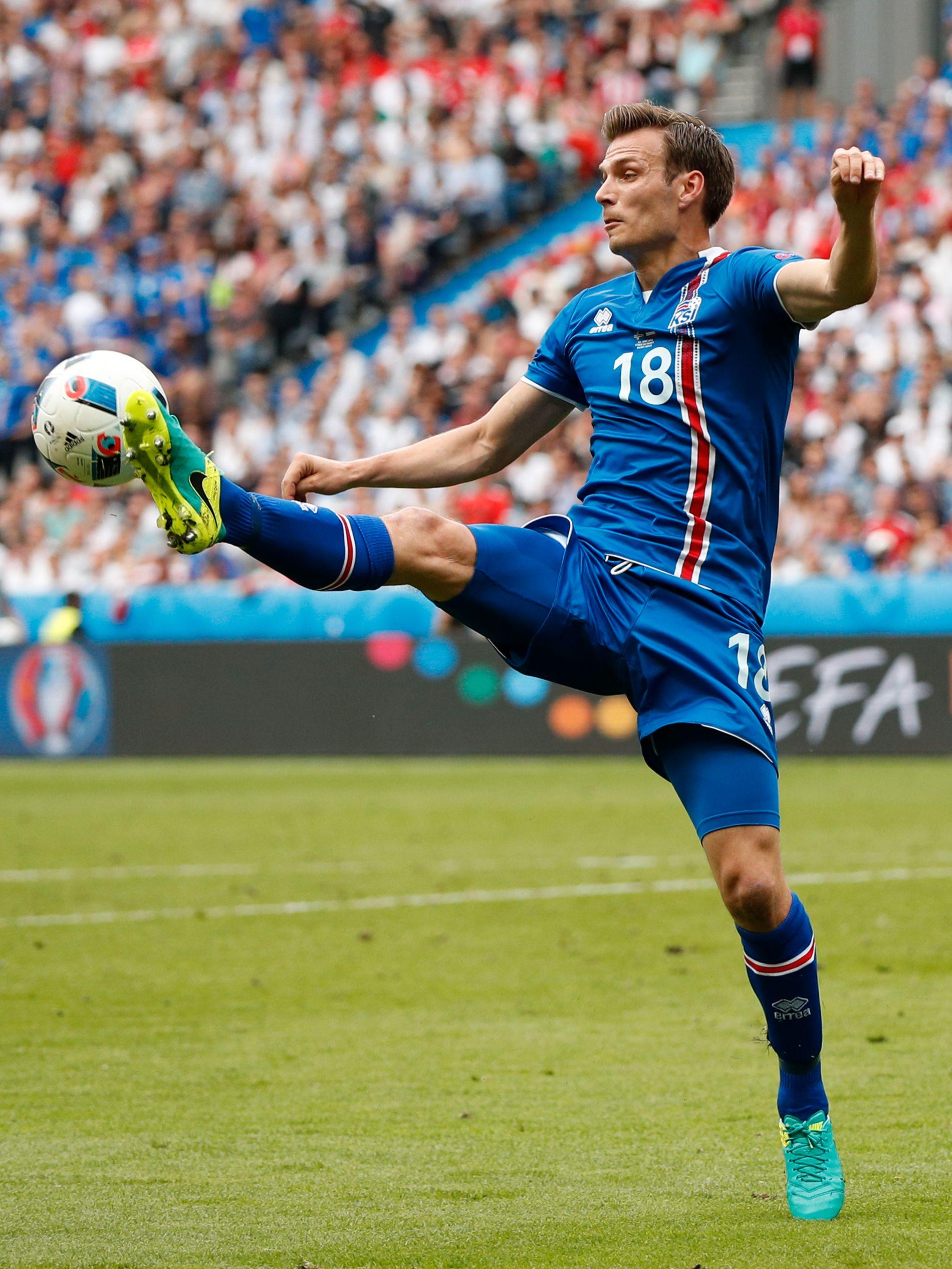 14 ÅR SENERE: Islands Elmar Bjarnason i aksjon i 2-1-seieren over Østerrike på Stade de France.