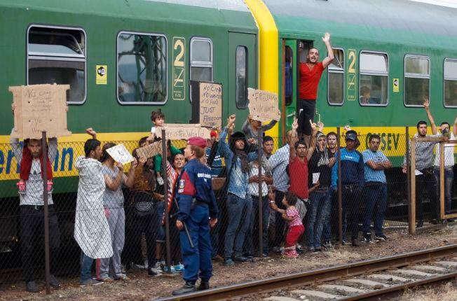 VIL VIDERE: Flyktningene på toget vil ikke interneres i en leir i Ungarn. De vil til Tyskland og frykter at en stopp i Ungarn vil gjøre det vanskeligere å få opphold der.