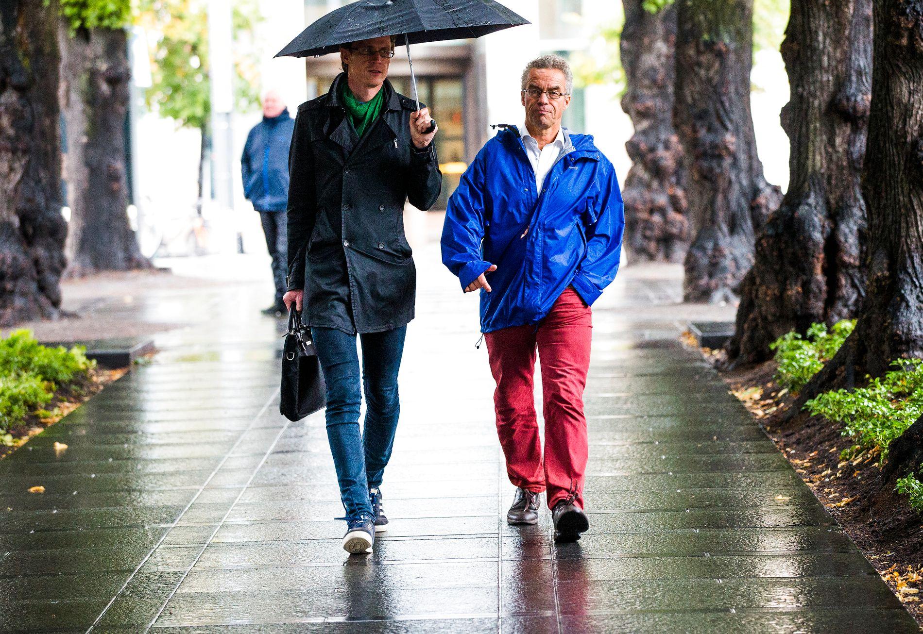 GÅR HELST: Rasmus Hansson (til høyre) foretrekker helst å gå eller sykle. Sjelden kjører han familiens dieselbil, som utelukkende går på biodiesel.