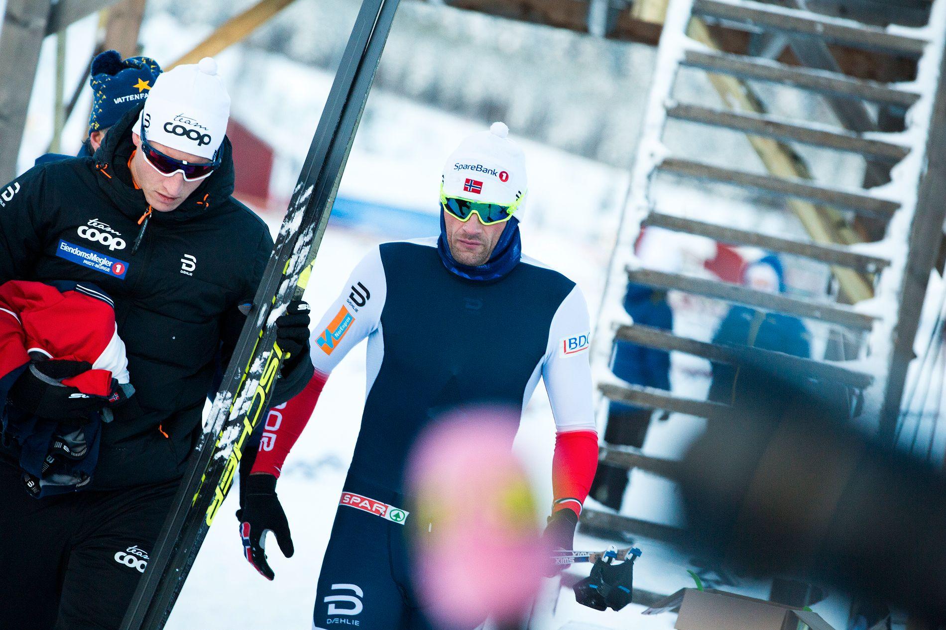 LETER ETTER FORMEN: Petter Northug, her sammen med servicemann i Team Northug Vidar Undebakke, etter rennet i Piteå, Sverige søndag.