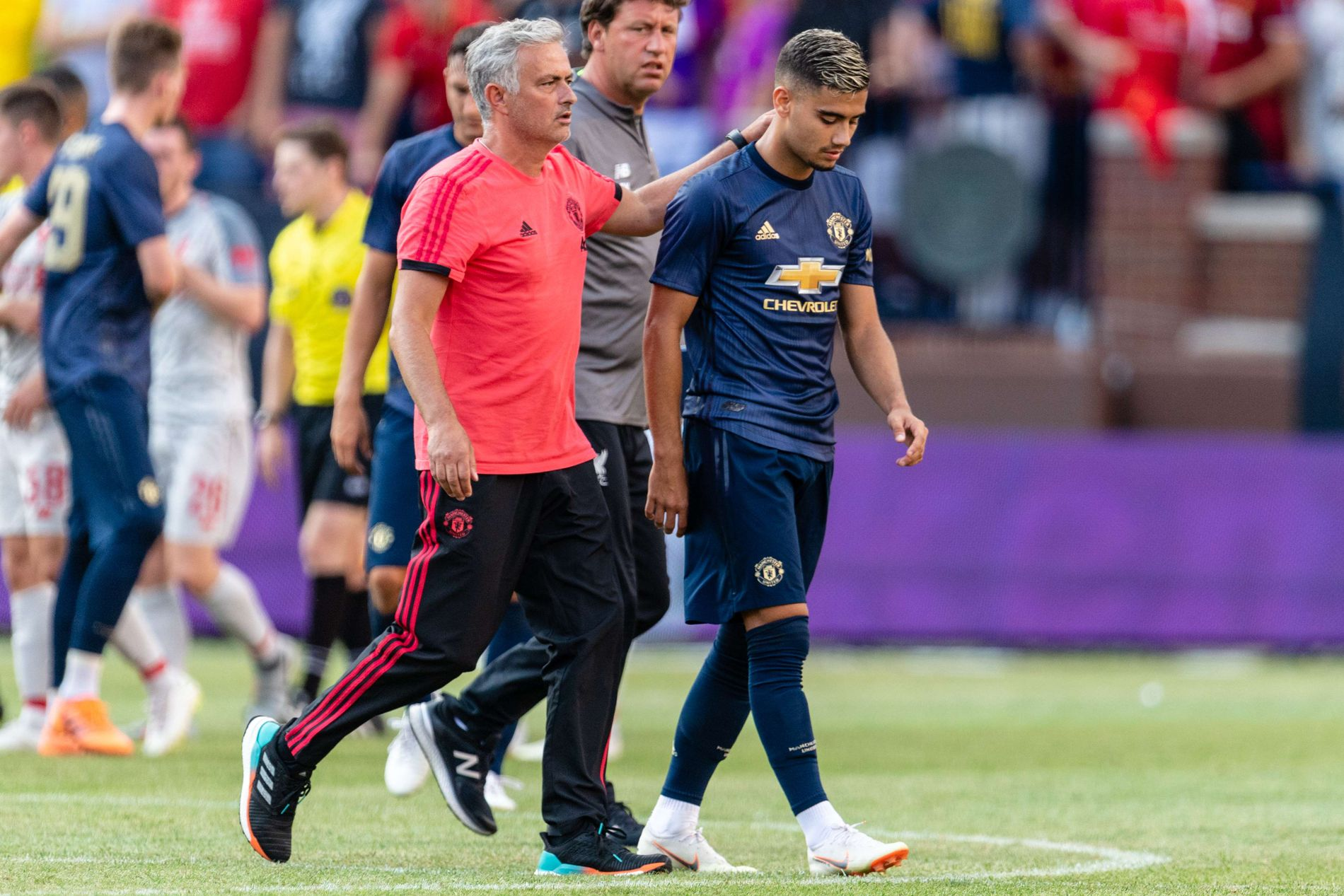 KLAPP PÅ SKULDEREN: Fra sjefen José Mourinho til Andreas Pereira, som scoret Manchester Uniteds eneste mål mot Liverpool natt til søndag norsk tid.