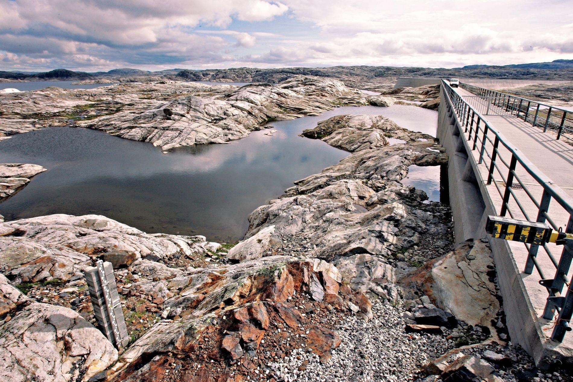 SAMMENLIGNES: Norske kraftmagasin har vært lave før, som her i 2006, da gigantiske Blåsjø i Rogaland var tømt.