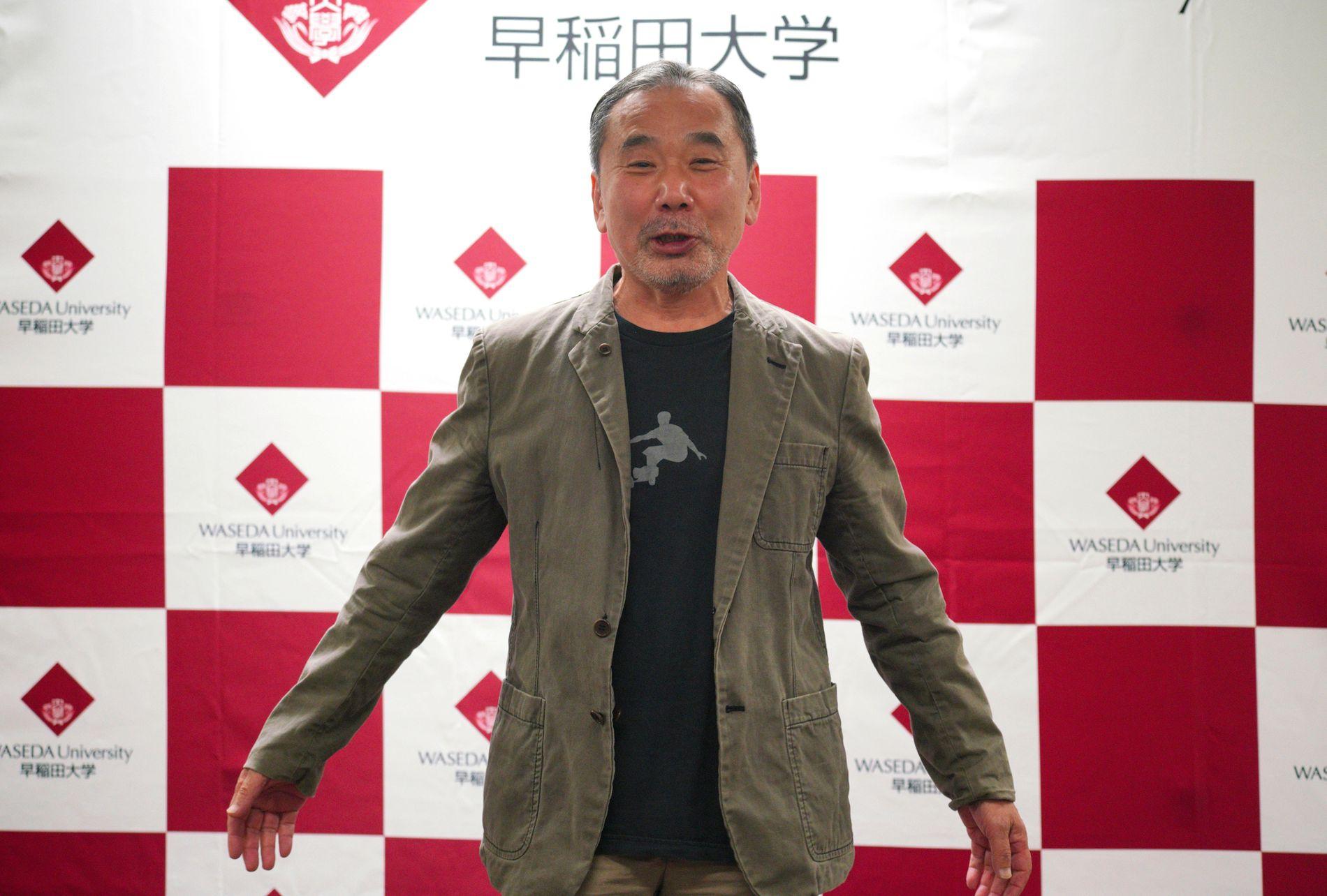 TA HAM PÅ STYRTEN: Det skriver VGs anmelder om Haruki Murakamis (70) nye roman. Her er den japanske forfatteren som er oversatt til over 50 språk fotografert på en pressekonferanse i Tokyo høsten 2018.