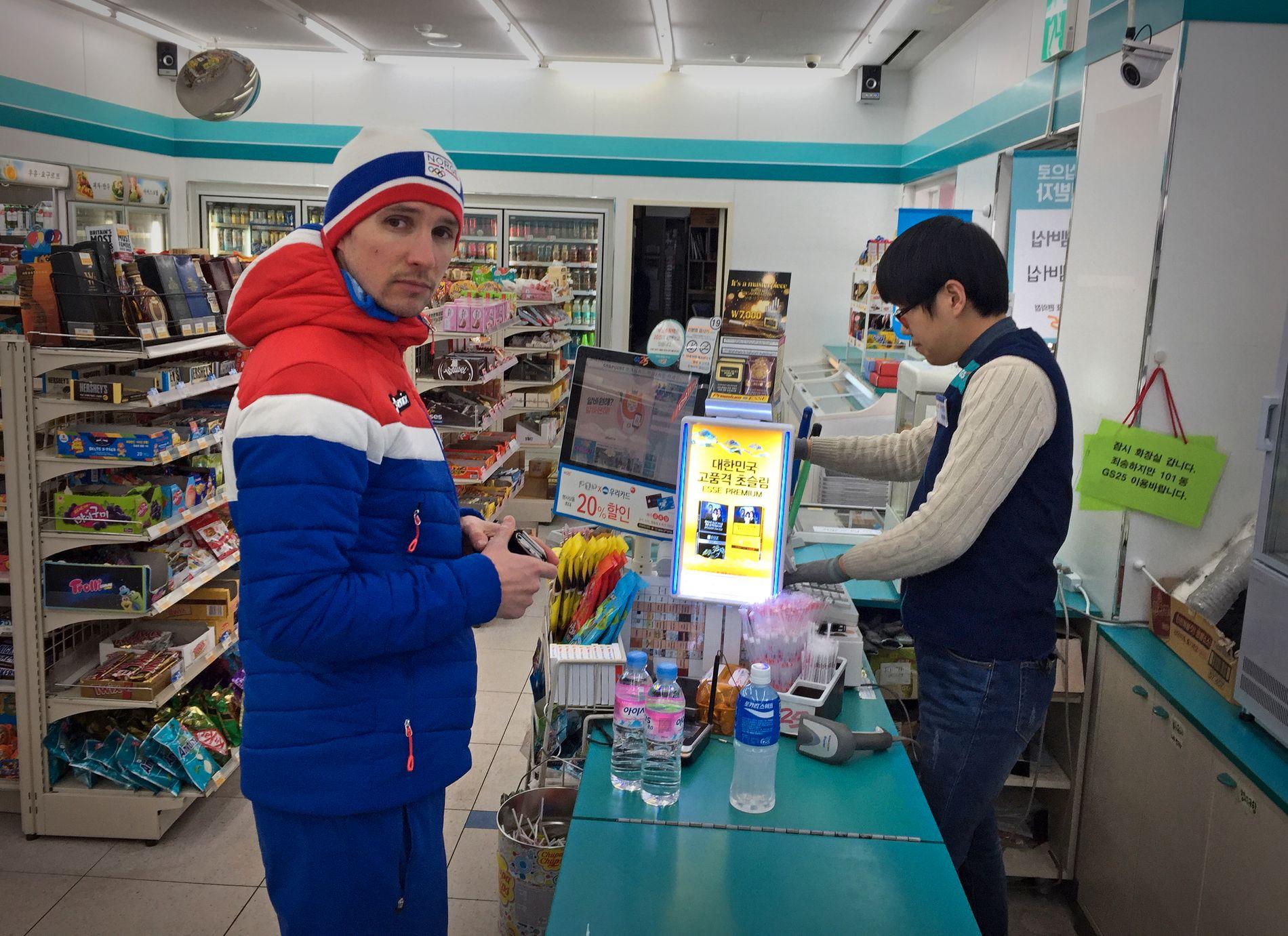 SHOPPING: Jan Schmid på supermarked i Pyeongchang for tre dager siden. Her handler han vann og leskedrikker.