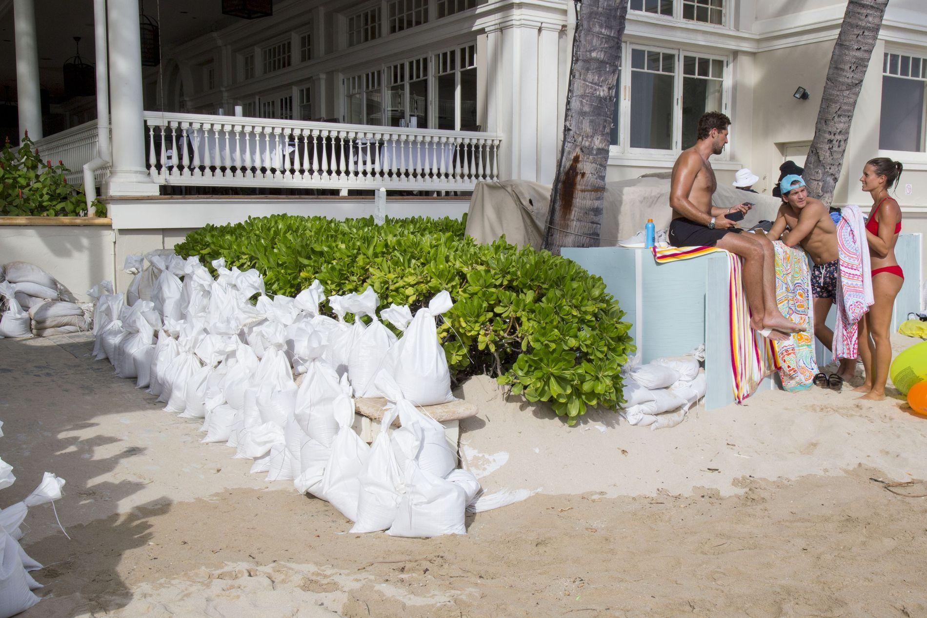 FORBEREDER SEG: Norske Viktoria Vermedal (26) og broren Frikk Vermedal (23) ferierer på Honolulu. De forteller at de føler seg trygge, samtidig som de forbereder seg på at orkanen kan treffe land. Her er søskenparet (t.h.) avbildet foran Moana Surfrider Hotel, der sandsekker er satt opp for å forhindre oversvømming.