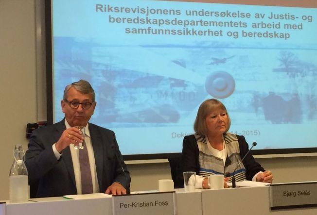 Riksrevisor Per-Kristian Foss og revisjonsråd Bjørg Selås under pressekonferansen torsdag ettermiddag.