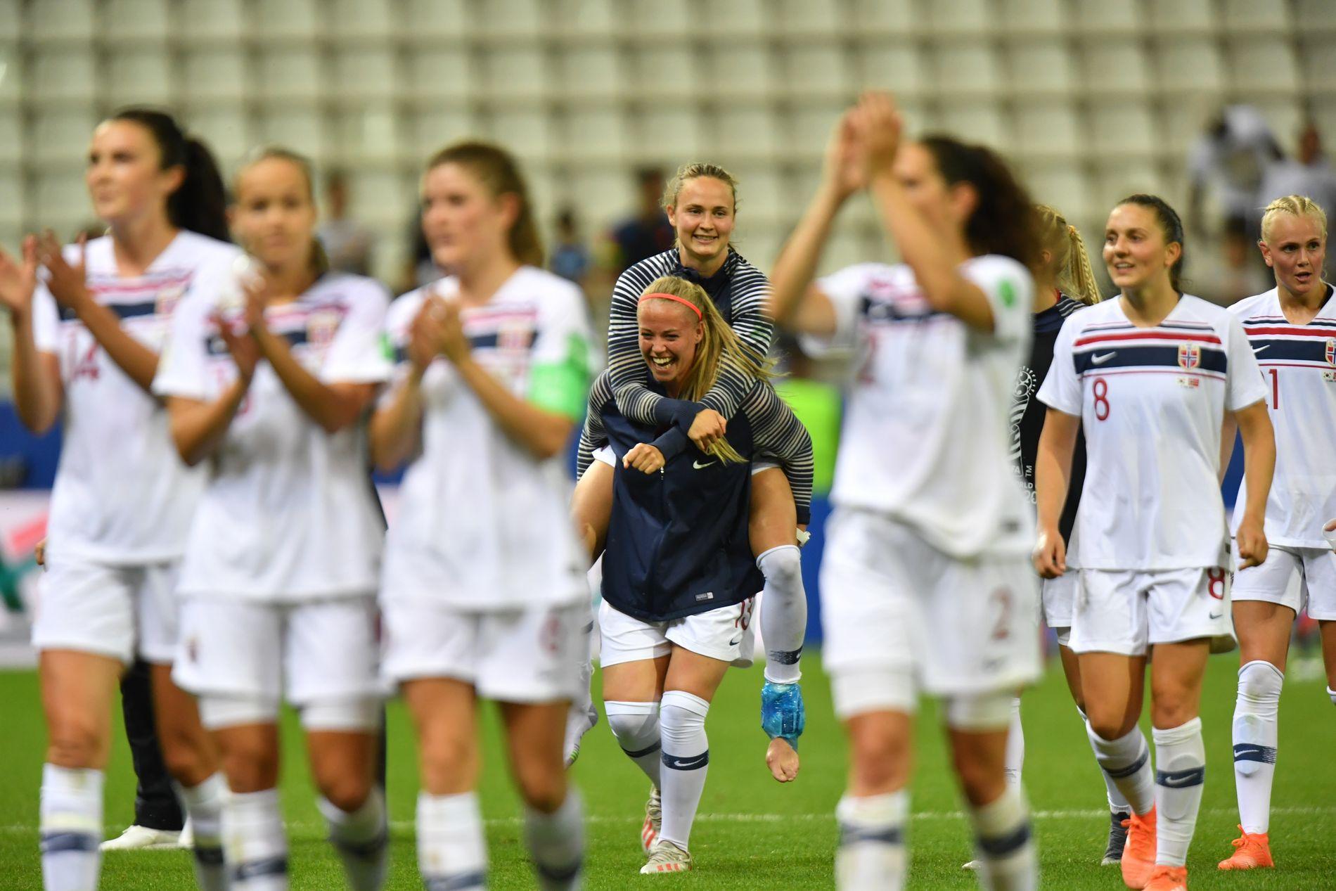 STERKERE SAMMEN: Caroline Graham Hansen ble båret av lagvenninnene etter 2–1-seieren over Sør-Korea. Hun uttalte etter kampen at hun håpet å være klar til åttedelsfinalen.