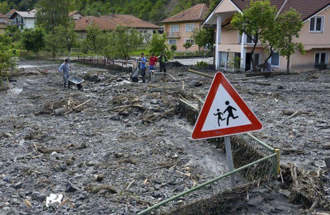STORE ØDELEGGELSER: Flere hundre tusen mennesker fra Swerbia, Bosnia og Kroatia ble rammet da en flom rammet i mai i fjor. Byen Topcic Polje i Bosnia-Hercegovinable hardt rammet.