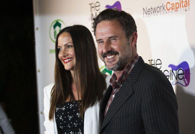 LYKKELIG: David Arquette fridde til kjæresten Christina McLarty på en restaurant i Malibu i fjor sommer. Her fra en veldedighetskonsert i Los Angeles i august.