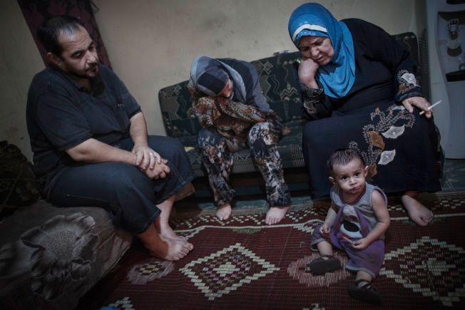 PRESSES: Mohammed (35), kone Suzan (25) deres barn Khaled (1) og Wafaa Mohammed (59) har bodd hele livet i Shatila flyktningleir som palestinske flyktninger. De har et akutt behov for mat og medisiner, men føler at deres bønner til hjelpeorganisasjonene ikke blir hørt etter flyktningstrømmen fra Syria.