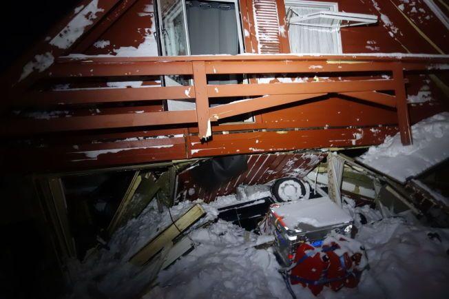 STORE ØDELEGGELSER: Bilder tatt av skredeksperter i Norges Geotekniske Institutt (NGI) viser ødeleggelsene på nært hold i husene som ble hardest rammet av snsøkredet i Longyearbyen på Svalbard lørdag. Legg merke til bilen under huset.