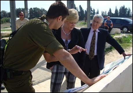 USKADD: Siv Jensen kom uskadd fra rakettangrepet. Her får hun omvisning i Sderot av israelsk militære før angrepet skjedde. Foto: Kristian Norheim/FrP