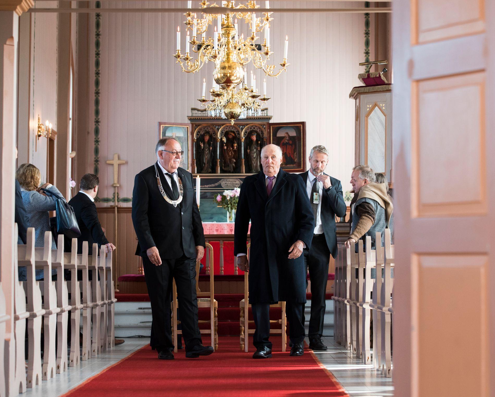 KONGELIG: I fjor sommer tok Røst-ordfører Tor Arne Andreassen imot kong Harald og dronning Sonja, som var på fylkestur i deler av Nordland,