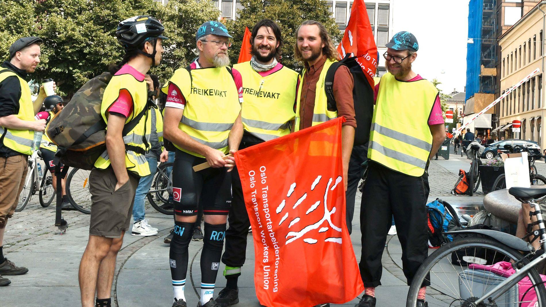 STREIKER: Fra venstre: Lee Conaghan, Paul Olai-Olssen, Eirik Sandnes, Espen Utne Landgraff og Kyrre Kjølner Andersen streiker på Youngstorget.