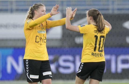 BLE TREMÅLSCORER: Sophie Román Haug ble tremålsscorer mot Røa lørdag. Her jubler hun sammen med Guro Reiten etter seieren mot Vålerenga i serieåpningen.