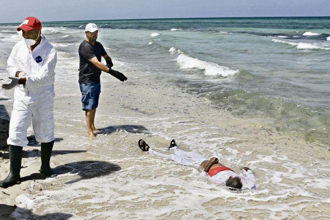 NÅDDE ALDRI EUROPA: Slik endte fluktforsøket til en av flyktningene på vei til Europa, på stranden vest i Libya. Dette er hverdagen for de frivillige som jobber med å samle opp døde langs Libyas strender. Foto: