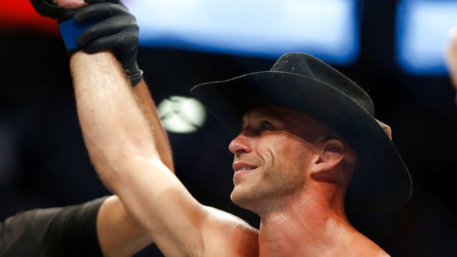 KULT-HELT: Donald Cerrone er blitt en av de mest markante profilene i UFC-sirkuset. Dette bildet er tatt etter seieren mot Rick Story i august i fjor.
