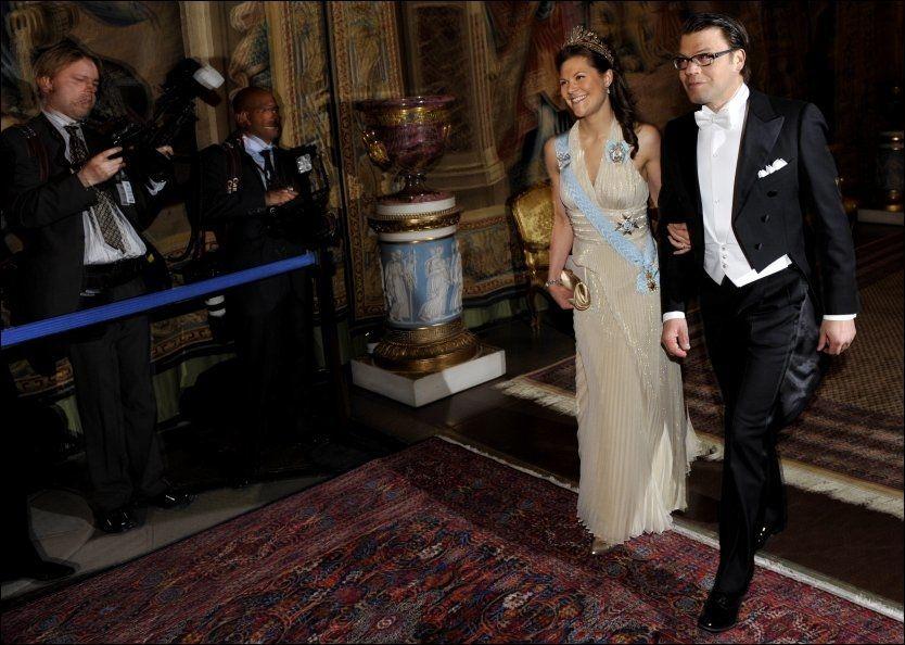 FLYTTER INN: Her ankommer Sveriges kronprinsesse Victoria og hennes forlovede, Daniel Westling, en representasjonsmiddag på slottet i Stockholm. Foto: Scanpix