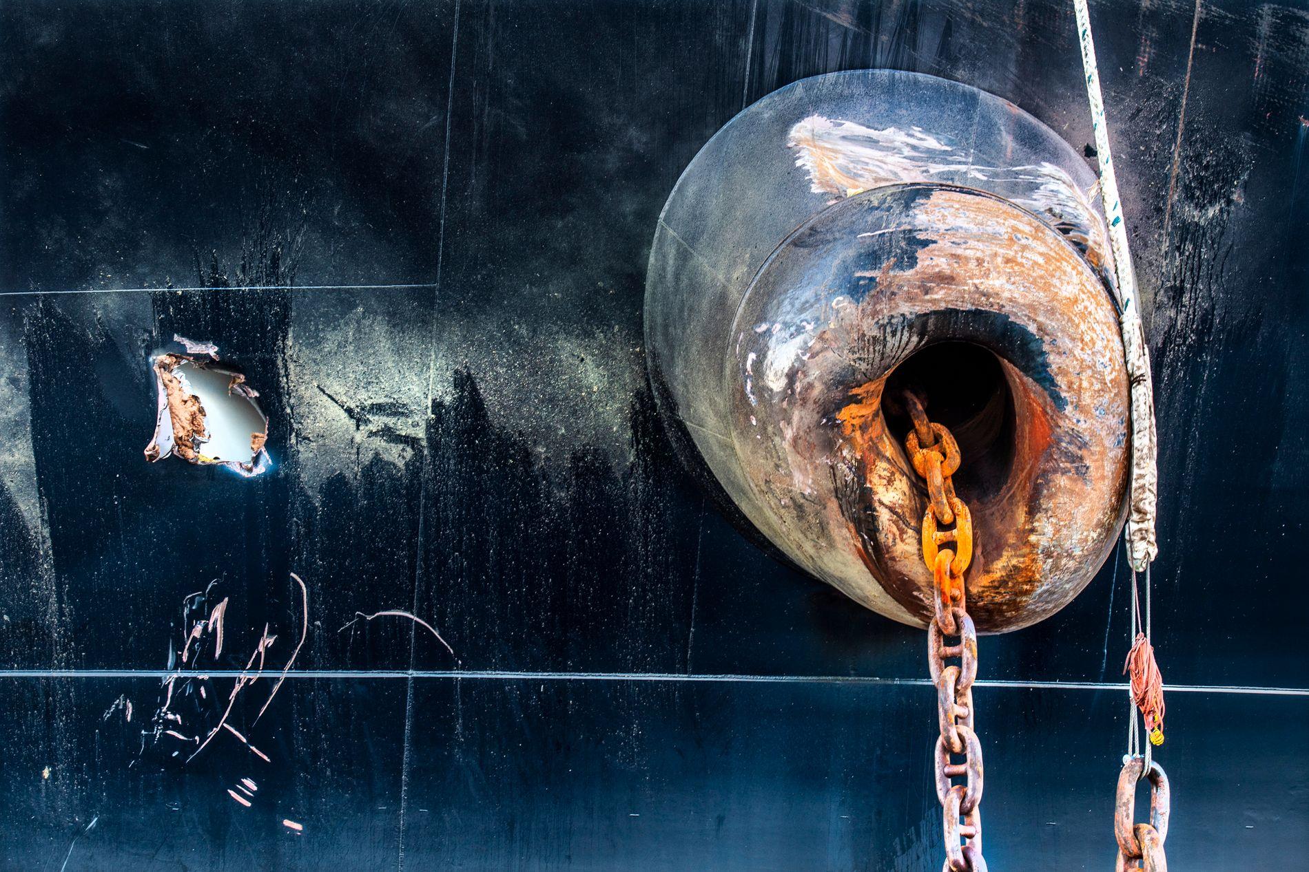 HULL: Tankskipet «Sola TS» har fått et hull i skutesiden etter sammenstøtet med KNM «Helge Ingstad».