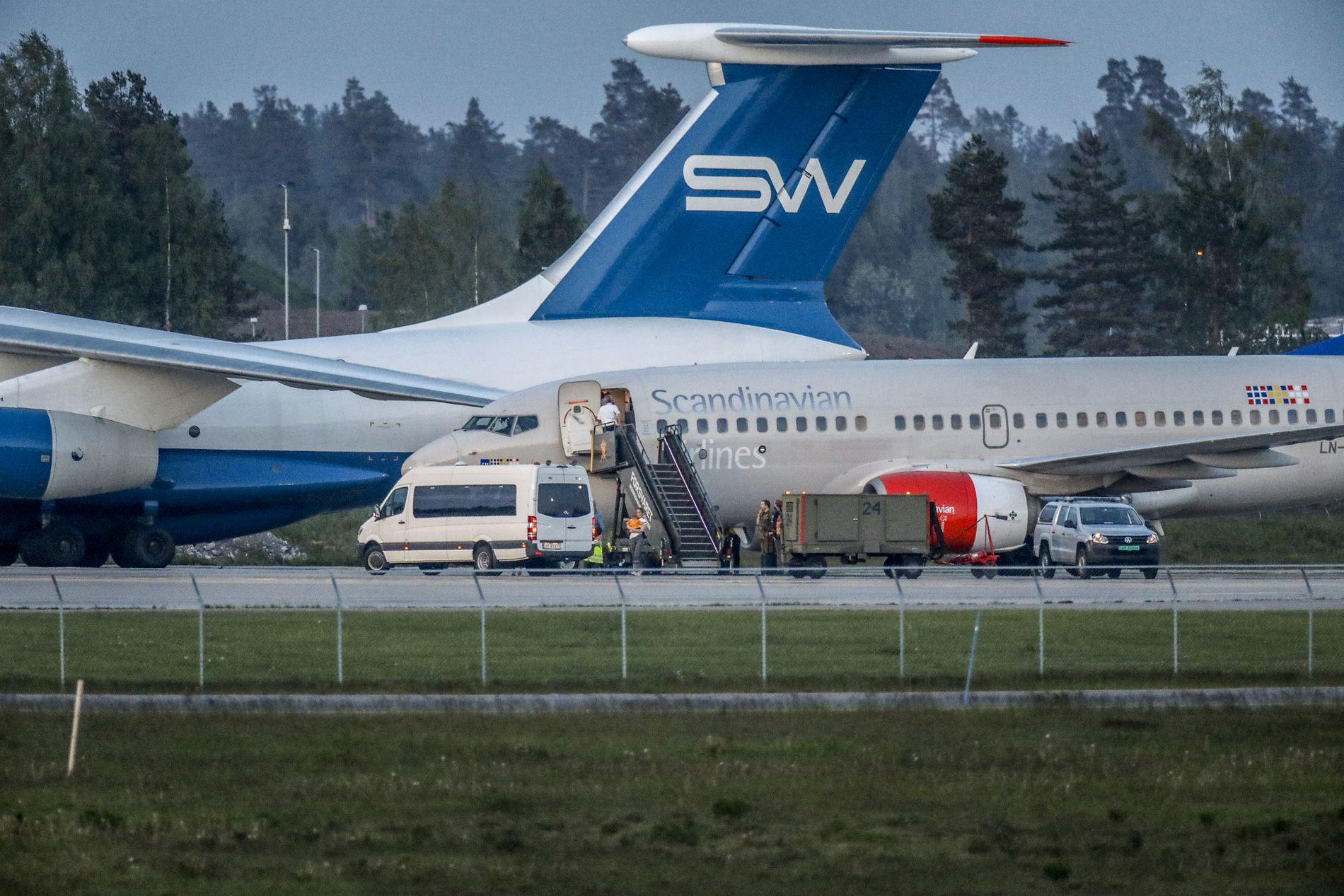 Et SAS-fly har hentet de fem foreldreløse barna til en savnet norsk IS-kvinne, og landet i Oslo mandag kveld. Arbeidet med å hente ut barna fra Syria har vært kompleks og krevende, sier Utenriksdepartementet.
