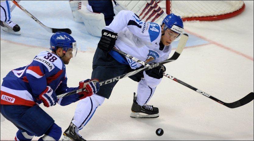 FØLER IKKE PRESS: Mikael Granlund (t.h.) prøver å ikke la de store forventningene påvirke ham. Her er finnen i duell med Slovakias Pavol Demitra. Foto: AFP