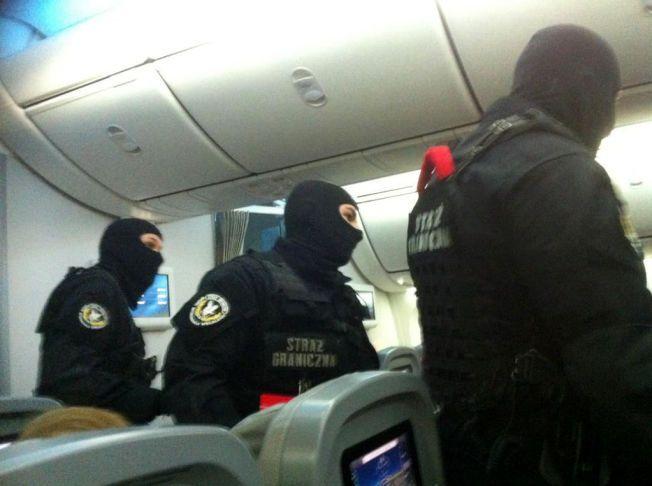 HENTET UT: Ifølge et vitne som VG har snakket med skal fem uniformerte menn ha hentet ut den voldelige mannen etter landing på flyplassen i Warszawa.