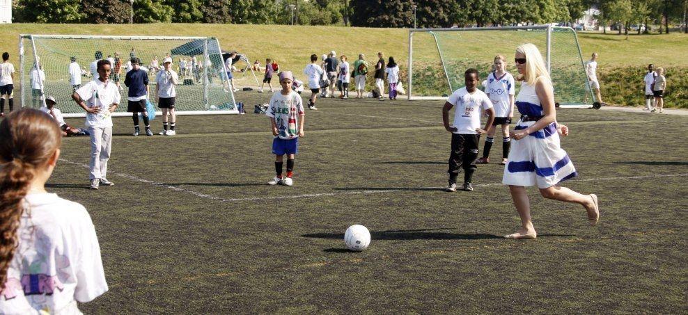 FARGERIK FOTBALL: Kronprinsesse Mette-Marit sparker i gang «Fargerik Fotball» på Sagene i 2008. Prosjektet, som skal forebygge vold og rasisme, ble nylig lagt ned av Norges Fotballforbund. Foto: Lise Åserud, NTB Scanpix