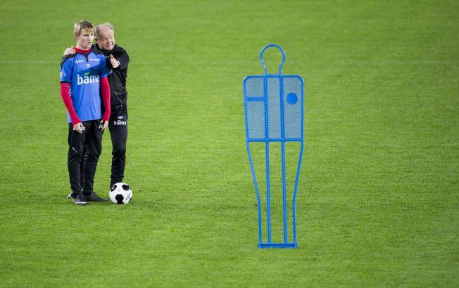 bf2efa84 Landslagssjef Per-Mathias Høgmo (55) vil ikke si noe om hvilke råd han har  gitt Martin Ødegaard (15) om klubbvalg.