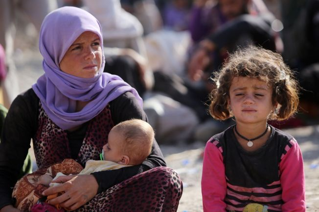 FLYKTER FRA ISLAMISTENE: Her sitter en ung Yezidi-kvinne med sine barn i en flyktningleir i Nord-Irak. Hun har sluppet unna ISILs kidnappinger av både barn og kvinner.