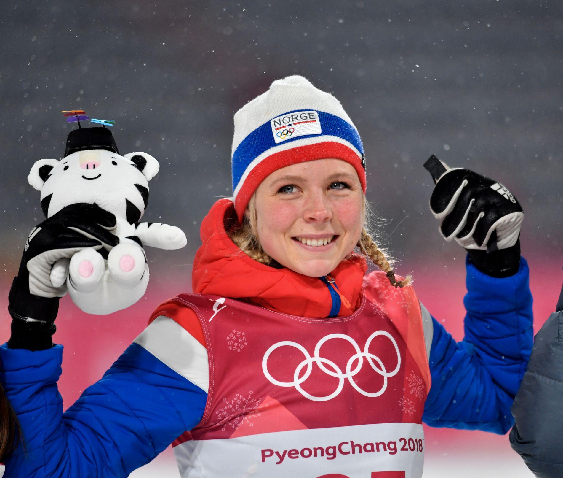 GULLJUBEL: Maren Lundby på sletta i Pyeongchang under blomsterseremonien etter at OL-gullet var klart.