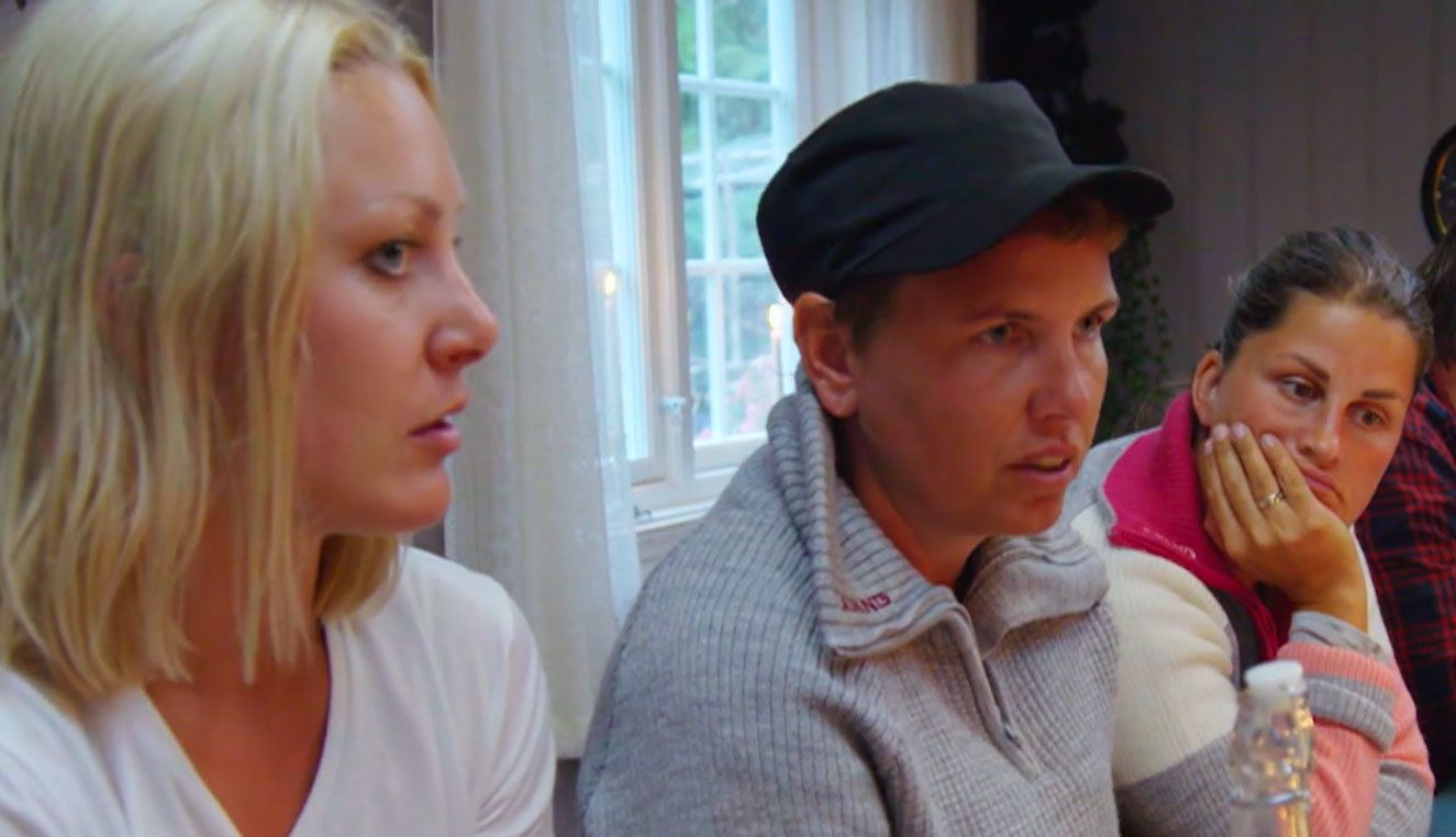 SKEPTISKE: (F.v.) Karianne Amlie Wahlstrøm og Eunike Hoksrød. Lengst t.h.: Sunniva Dortea Thorsen.