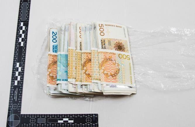 KONTANTER: Totalt ble 435.000 kroner inndratt til fordel for statskassen etter saken. Her deler av pengebeslaget, som ble funnet teipet sammen i narkotikaselgerens lomme.